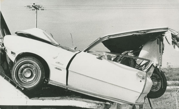 Automóvil maverick accidentado 1974 vintage silver gelatin print, 5 x 8 inches (12.7 x 20.3 cm)