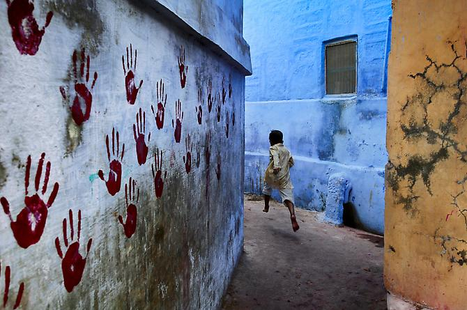 Steve McCurry Boy in Mid-Flight, Jodhpur, India 2007