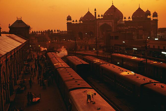 Train Station, Agra Uttar Pradesh, India 1983 C-type print on Fuji Crystal Archive paper