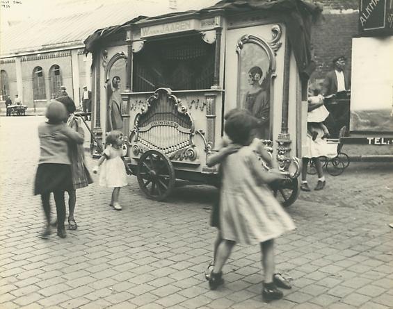 Ilse Bing, Street Organ, Amsterdam, 1933