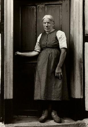 August Sander  Farmer's Wife, c. 1932 © SK-Stiftung Kultur – August Sander Archiv VG-Bild Kunst, Bonn