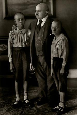 August Sander Widower, 1914 © Die Photographische Sammlung/SK Stiftung Kultur, August Sander Archiv, Köln; ARS, NY