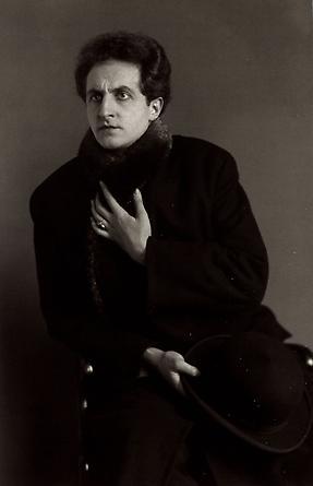 August Sander The Tenor [Leonardo Aramesco], c. 1928 © Die Photographische Sammlung/SK Stiftung Kultur, August Sander Archiv, Köln; ARS, NY