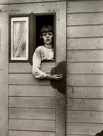 August Sander  Girl in Fairground Caravan, 1926-32 © SK-Stiftung Kultur – August Sander Archiv VG-Bild Kunst, Bonn