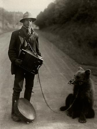 August Sander  Showman with Performing Bear in the Westerwald, 1929 © SK-Stiftung Kultur – August Sander Archiv VG-Bild Kunst, Bonn
