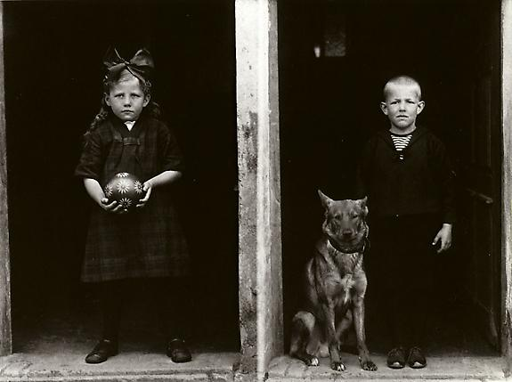 August Sander Farm Children, 1927-28 © Die Photographische Sammlung/SK Stiftung Kultur, August Sander Archiv, Köln; ARS, NY