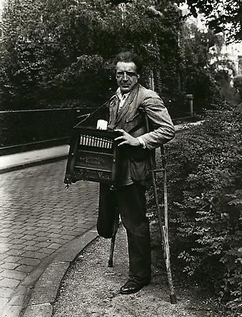 August Sander Barrel-organ Player, n.d. © Die Photographische Sammlung/SK Stiftung Kultur, August Sander Archiv, Köln; ARS, NY