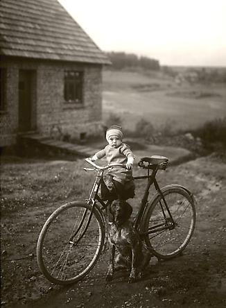 August Sander  Forester's child, Westerwald, 1931 © SK-Stiftung Kultur – August Sander Archiv VG-Bild Kunst, Bonn