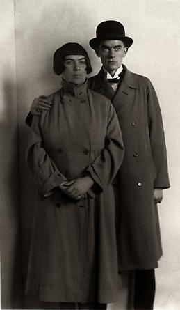 August Sander The Painter Anton Räderscheidt and his Wife Marta Hegemann, c. 1925 © SK-Stiftung Kultur - August Sander Archiv VG-Bild Kunst, Bonn