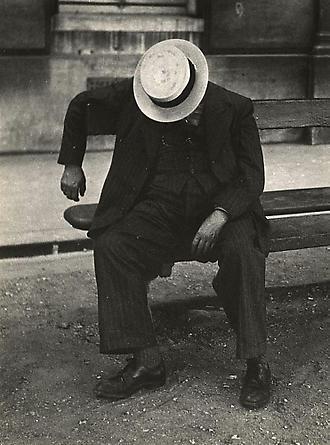 Dormeur au conotier sur un banc, 1930's