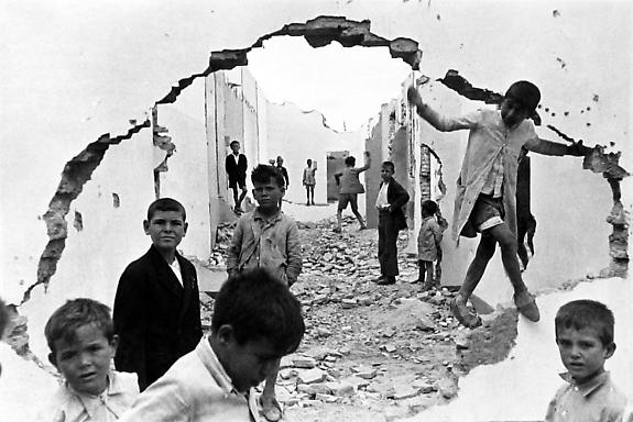 Henri Cartier-Bresson, Children in Seville, Spain, 1954