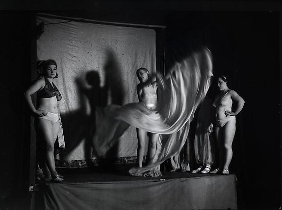 La Loie Fuller, s'exhibant a la Fete Foraine, sur l'estrade, Boulevard Saint Jacques, 1930's