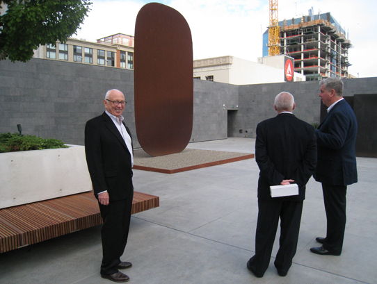 Ellsworth Kelly with <i>Stele I, </i> 1973, at the San Francisco Museum of Modern Art