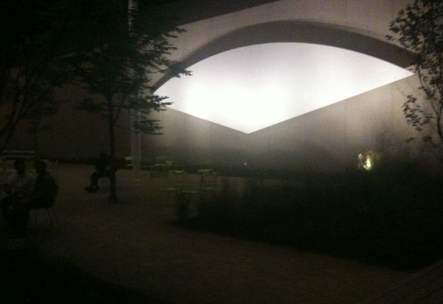 Ellsworth Kelly's <i>White Curve</i> at the  Art Institute of Chicago's Pritzker Garden
