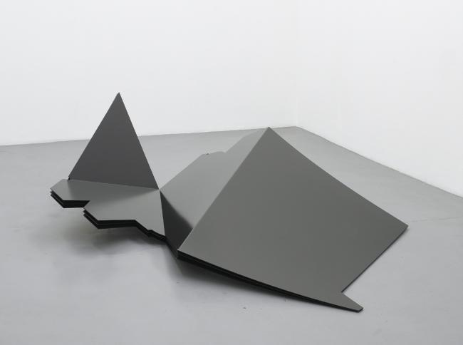 HARALD KLINGELHÖLLER<br /><i>'Hier' als ein Abstand, Schattenversion dreifach</i><br />'Here' as a distance, shadow version thrice, 2007<br />laquered steel<br />24 7/16 x 78 3/4 x 94 1/2 inches (62 x 200 x 240 cm)<br />
