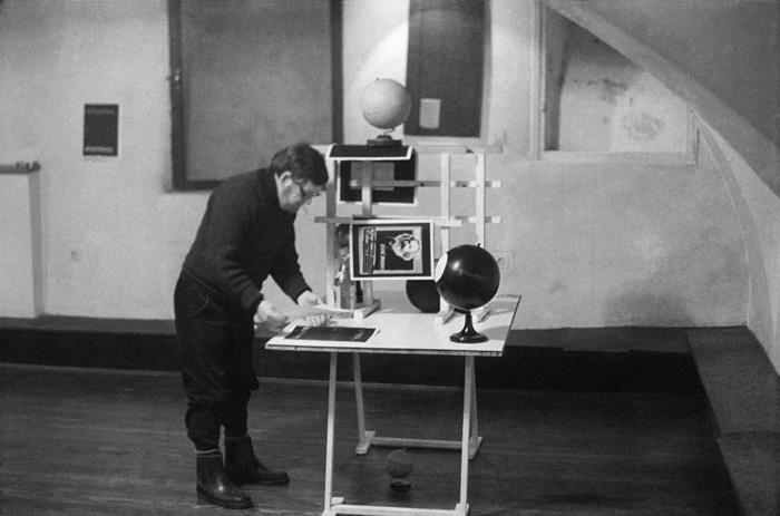 Mangelos installing the exhibition Shid Theory (Galerija Podroom, Zagreb, Croatia, 1978)<br />
