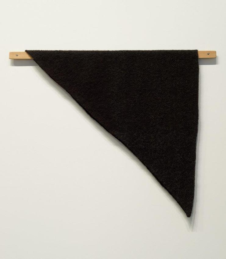 Helen Mirra<br /><br />Waulked Triangle, NH01/NY01<br />2014<br />undyed wool from two black sheep, a strand of wool dyed with Hydnellum concrescens, cork, cedar<br />79 x 97.2 x 3.8 cm<br />PF3293<br />