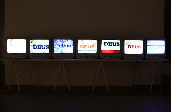 Fundos Reais (Real Funds) 2008 - 2009  videoinstallation, 7 monitors, 7 dvd players, wood table, table legs, 6 min each video 380 x 150 x 80 cm