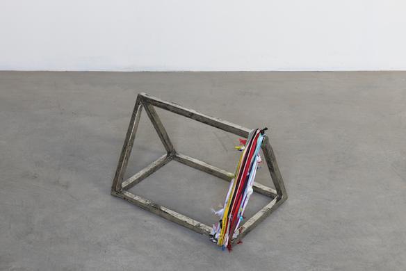 Prisma con perimetro, 2018 white bronze and strings 25 x 39 x 29 cm